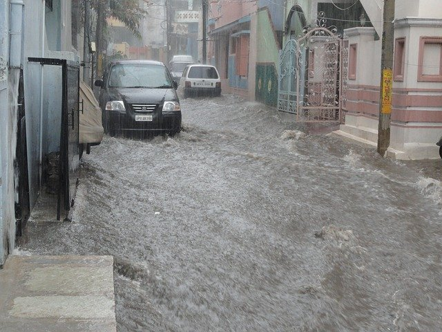 Ako sa zachovať, keď ste v aute počas záplavy?