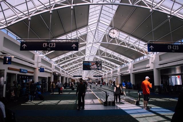 Ľudia chodiaci po letisku