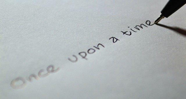 """Človek píše na papier čiernym perom """"kde bolo, tam bolo""""..jpg"""