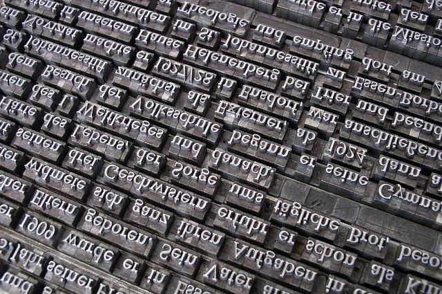 Množstvo slov a písmen na tmavom podklade.jpg