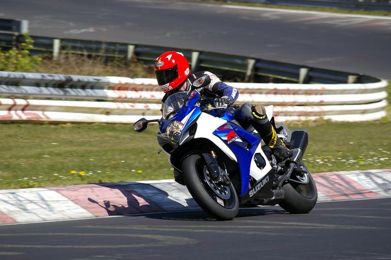 Profeisonálny jazdec na motorke, okruh.jpg