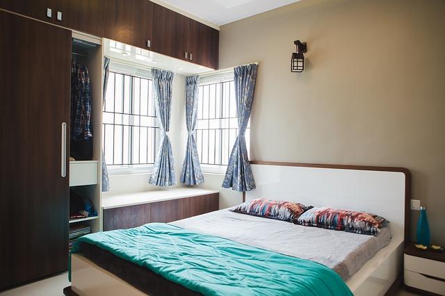 Veľká posteľ s úzkym matracom