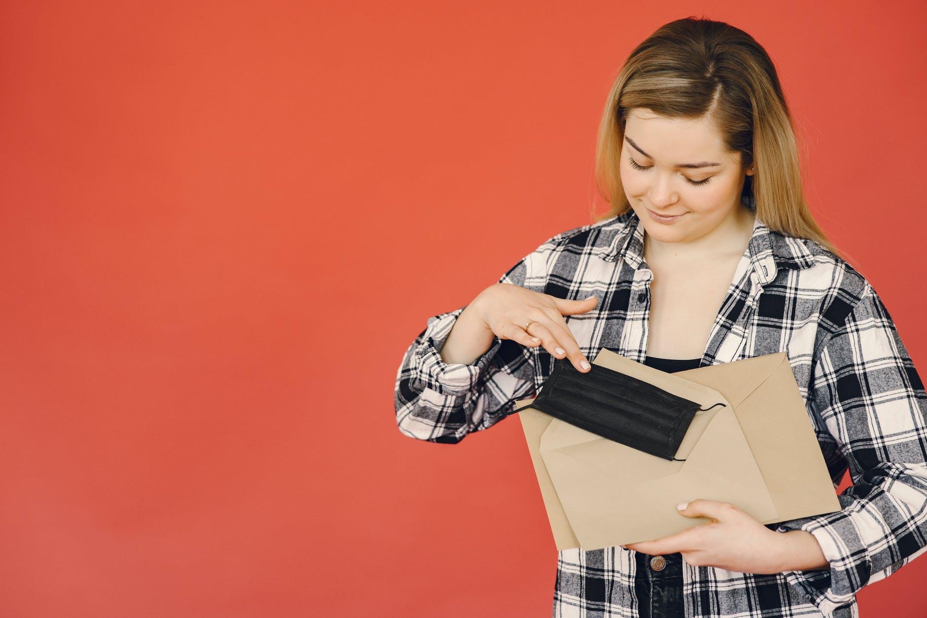 obálky, pošta, mladá žena